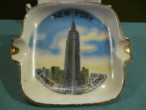 4 Asbakjes in houder . Souvenir uit New York