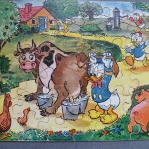 Oude puzzel van hout, Donald Duck met neefjes op de boerderij