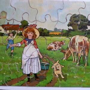 Oude puzzel, meisje en jongen in een wei met koeien