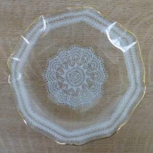 Glazen schaaltje met kantmotief