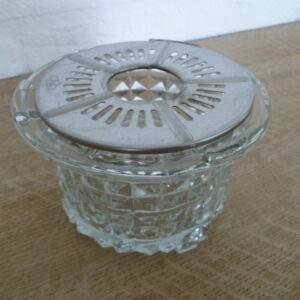 Glazen theelichthouder met metalen plaatje