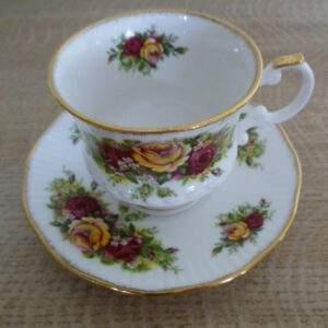 Kop en schotel, bloemmotief, Elizabethan England, Hand Decorated