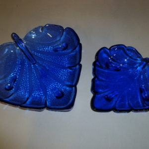 Blauw glazen schalen in vorm van blad