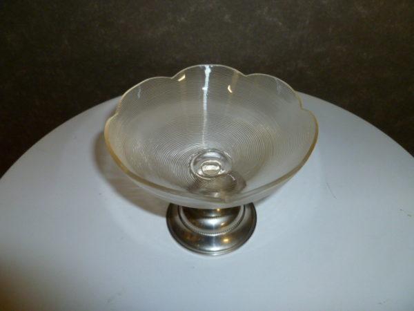 Glazen schaaltje met schulprand, op metalen voetje
