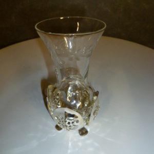 Lief glazen vaasje in metalen houdertje